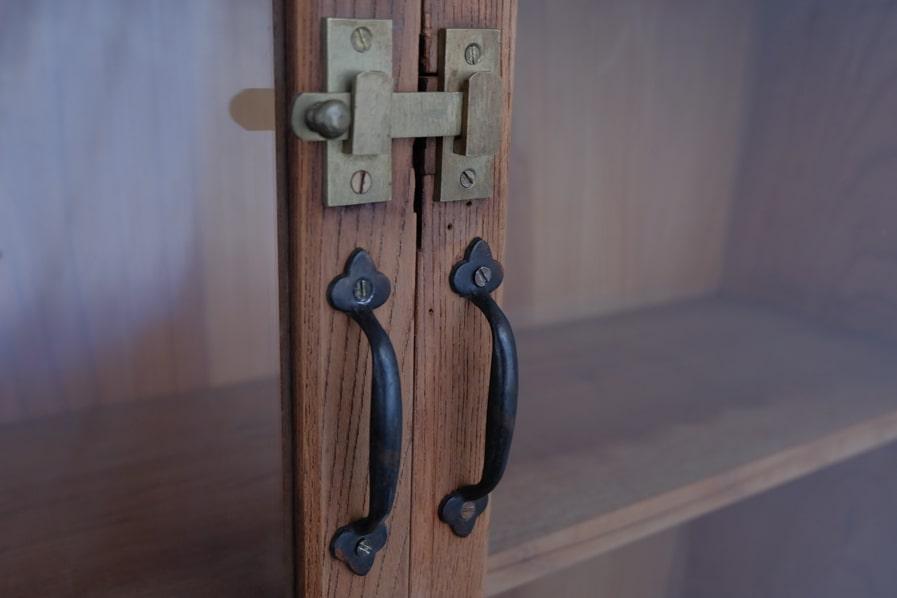 ICCAの日本のアンティークのケヤキの食器棚