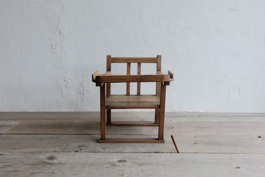 ICCAの日本のアンティークのお盆付きの小さな子供椅子