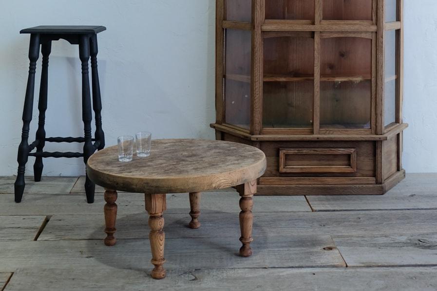 日本のアンティークのろくろ脚デザインの丸いローテーブル