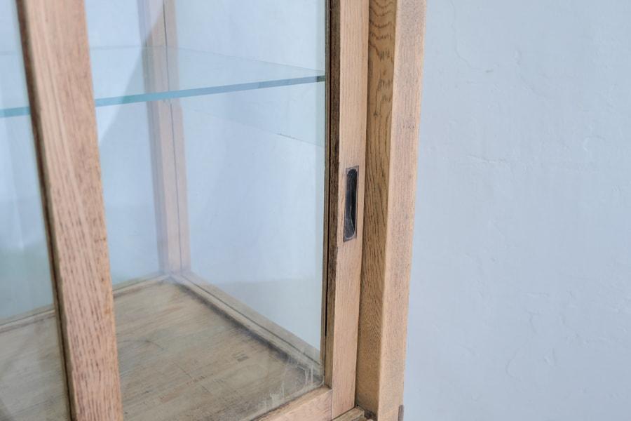 ICCAの日本のアンティークのキャスター付きの帯飾りのガラスショーケース