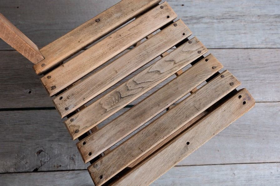 古い木の椅子