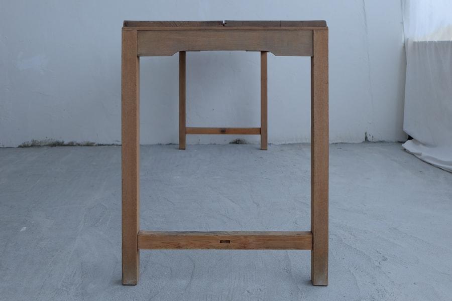 アンティークの横長のダイニングテーブル