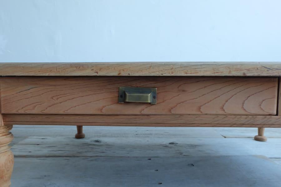 和のアンティークのシンプルなデザインのリビングテーブル