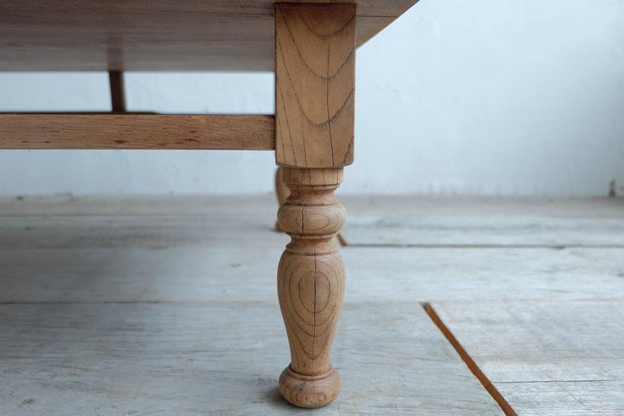 日本のアンティークの経年した天板のリビングテーブル