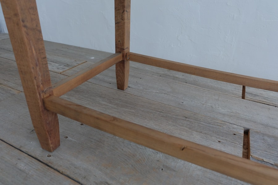 アンティークの角丸のテーブル