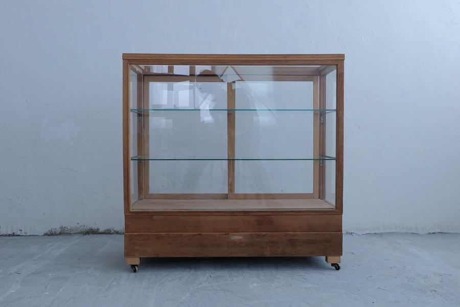 アンティークの硝子展示棚