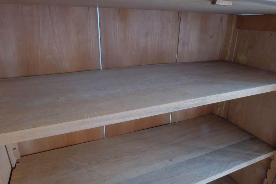 ICCAの日本のアンティークの食器棚