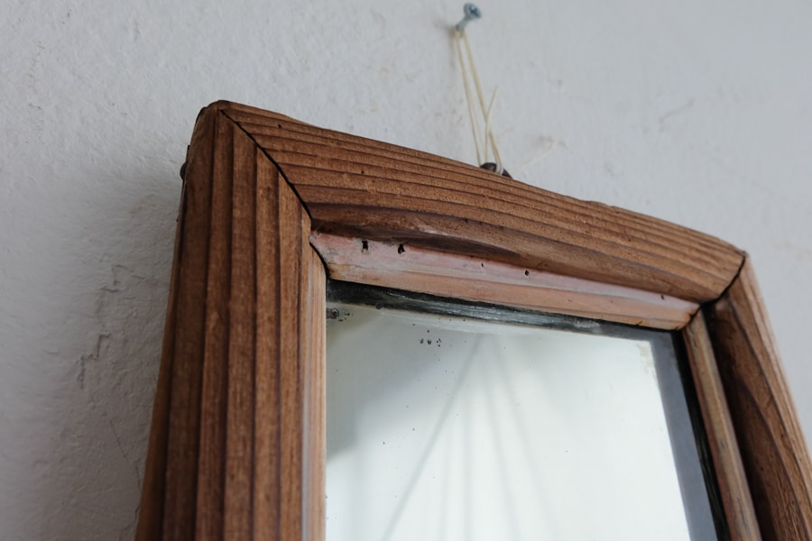 アンティークの小ぶりな鏡