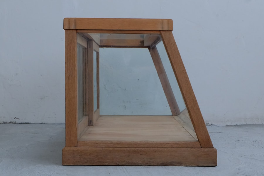 古道具の台形の卓上ショーケース