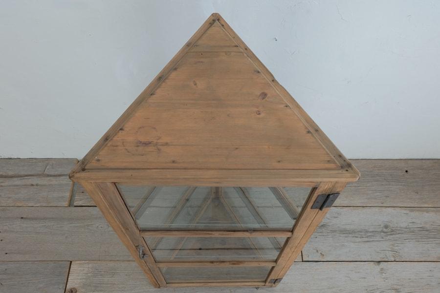 アンティークの三角形のショーケース