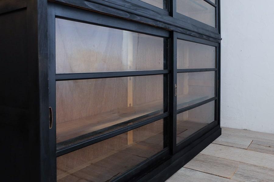 ICCAの日本の古家具の黒い大きな食器棚