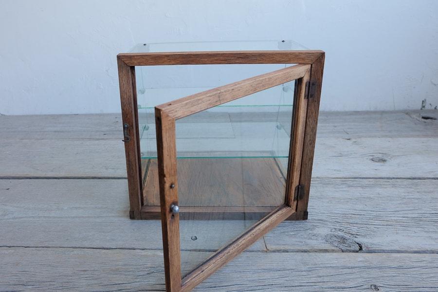 古道具の台形の卓上のショーケース