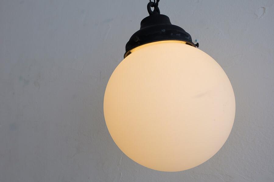 日本のアンティーク調の乳白ガラスのペンダント照明