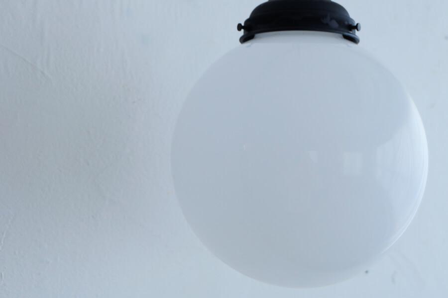 日本のアンティーク調の乳白ガラスの大きな照明