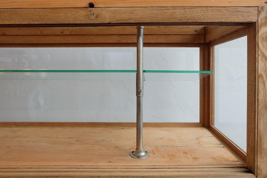 アンティークの脚付のガラスショーケース