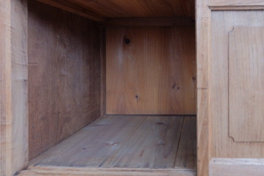 ICCAの日本のアンティークの栗食器棚