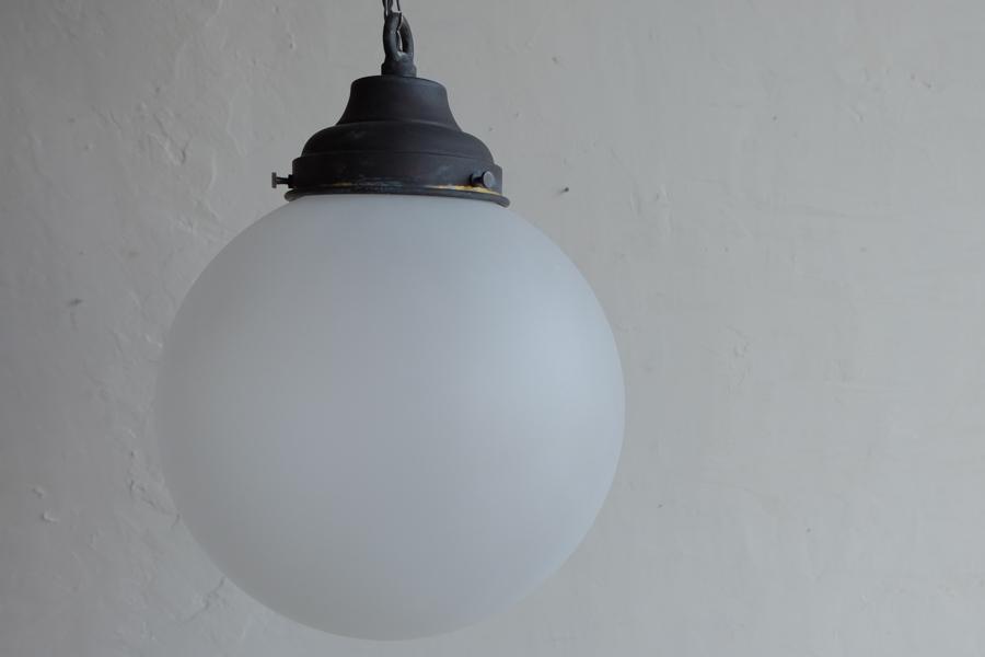 日本のアンティーク調の丸いすりガラスの照明