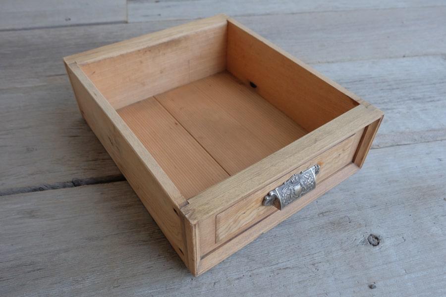 日本のアンティークの引き出し付きのサイドテーブル