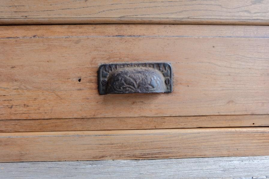 ICCAの日本のアンティークのケヤキ材のシンプルな二段の食器棚