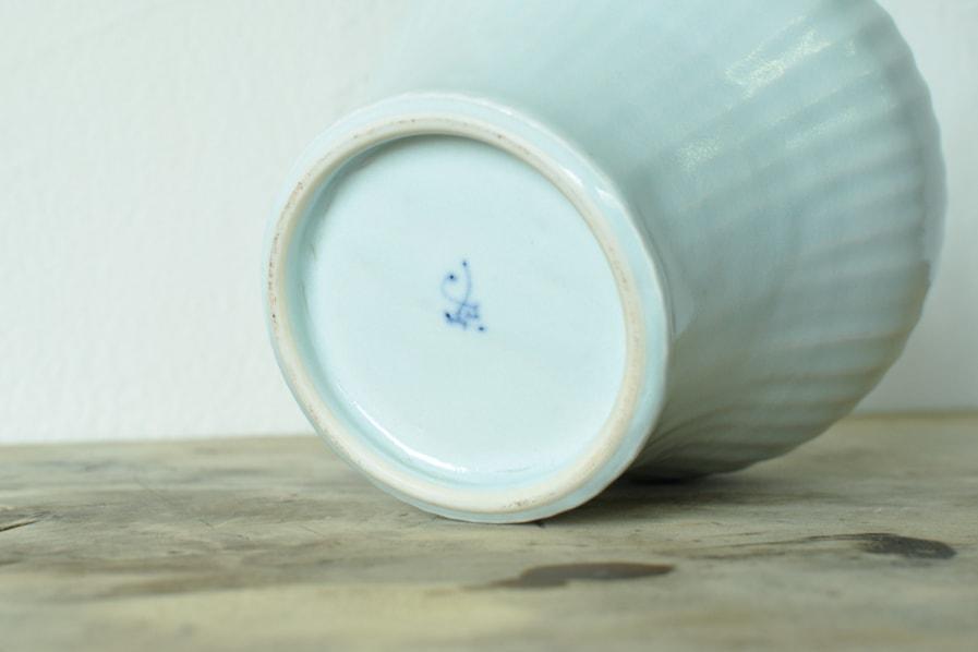 阿部春弥の白磁のしのぎ削りの花器