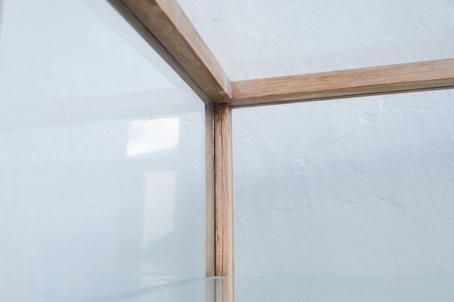ICCAの日本のアンティークのキャスター付きの栗材のガラスショーケース