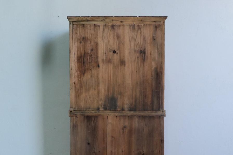 ICCAの日本のアンティークのケヤキ材の二段の食器棚