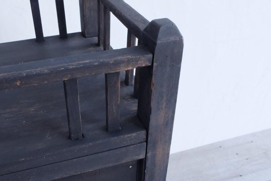昭和レトロのシンプルな黒い棚