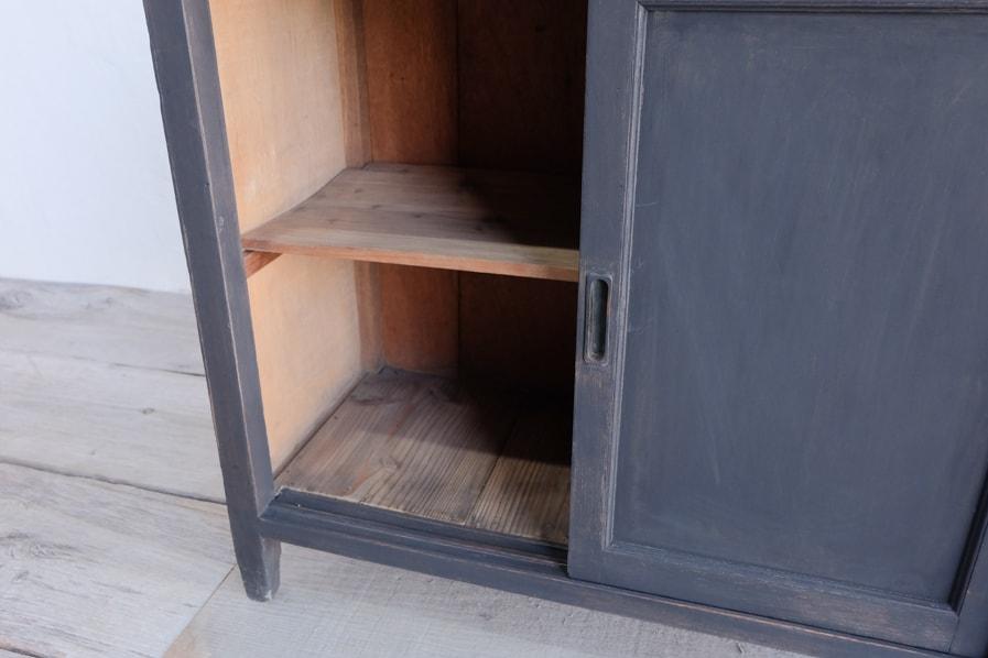 和の古道具の引き戸のある小さな棚