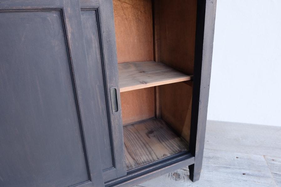 和の古道具の無塗装の小さな黒い棚