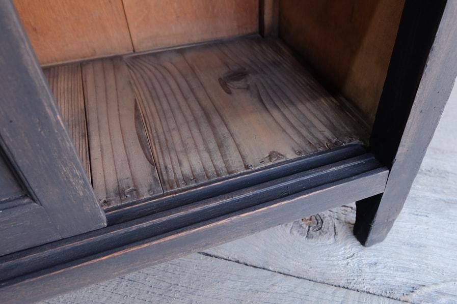 和の古道具の修理された小さな飾り棚