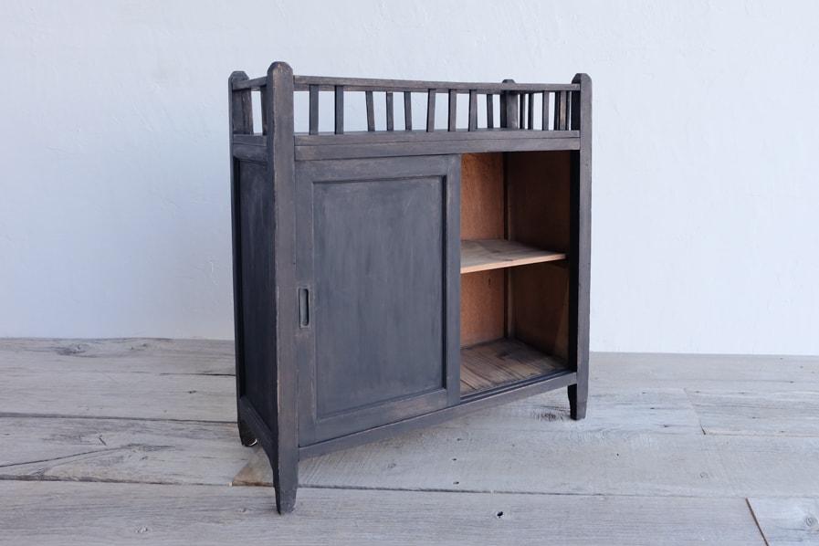 和の古道具のアンティークの小さな黒い棚