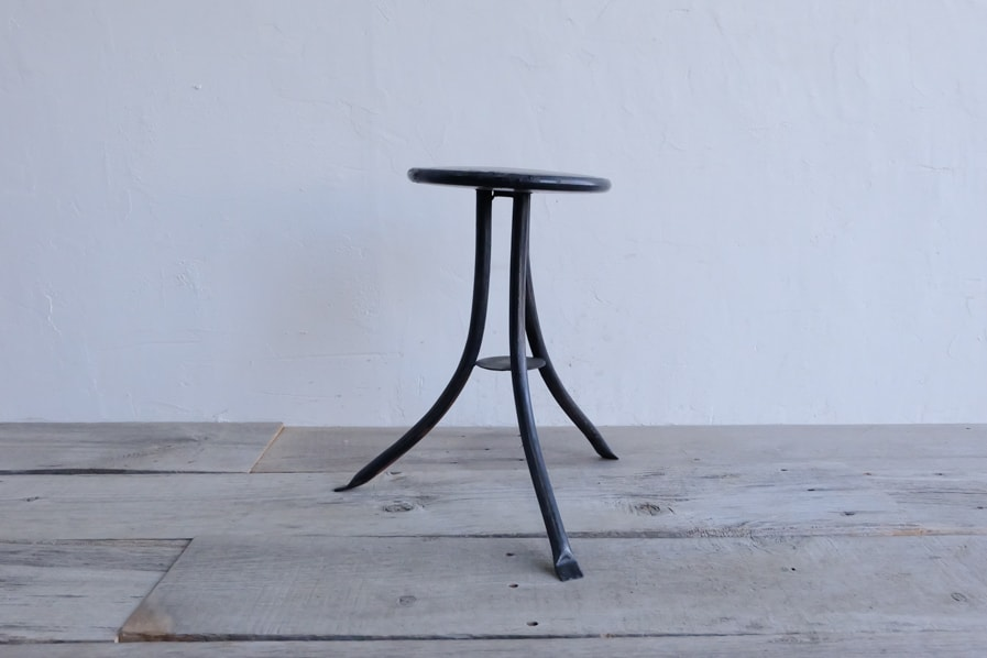 日本のアンティークのシンプルな3本脚の黒いアイアンスツール