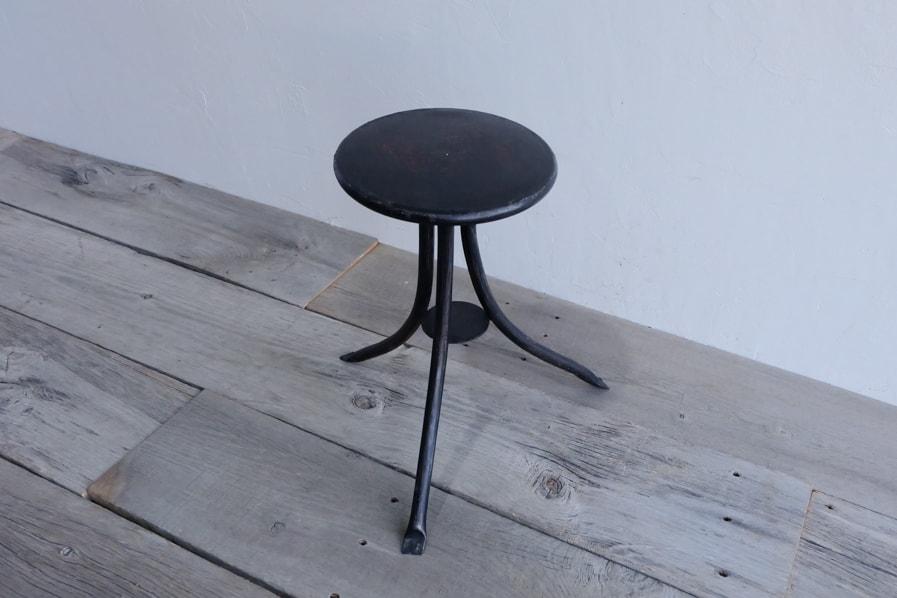 日本のアンティークの安定感のある3本脚の黒いアイアンスツール