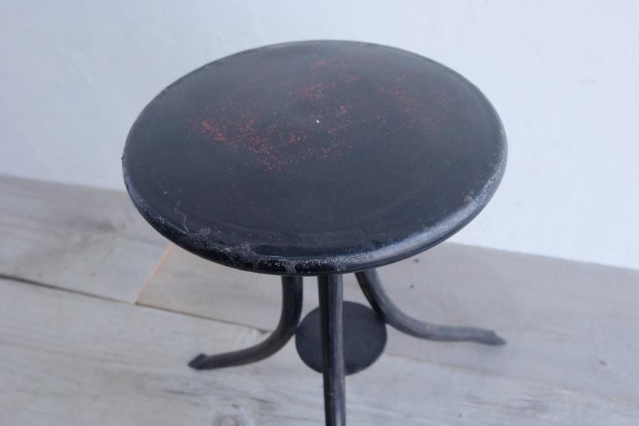 日本のアンティークの座り心地の良い3本脚の黒いアイアンスツール