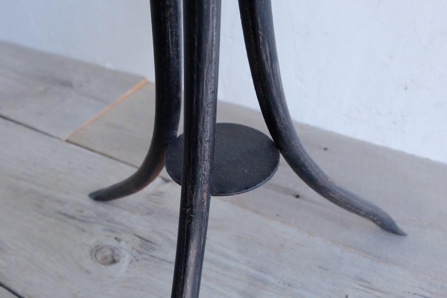 日本のアンティークの珍しい3本脚の黒いアイアンスツール