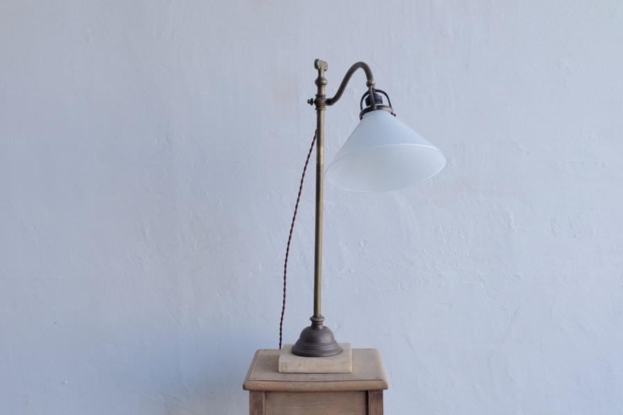 日本のアンティークの真鍮製のデザイン性の高いテーブルランプ