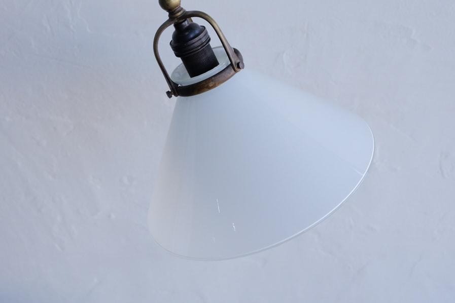 日本のアンティークの乳白のガラスシェードのテーブルランプ
