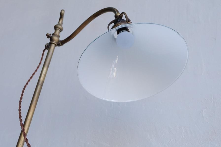 日本のアンティークのガラスシェードの付いた真鍮のテーブルランプ