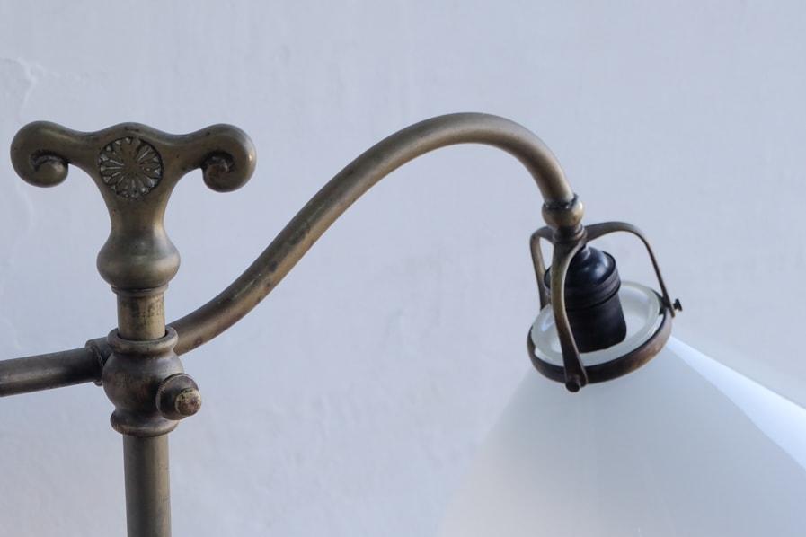 日本のアンティークの曲線的な真鍮のテーブルランプ