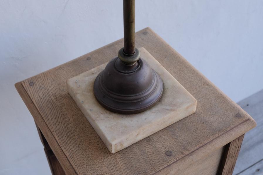 日本のアンティークの大理石を使用した真鍮のテーブルランプ