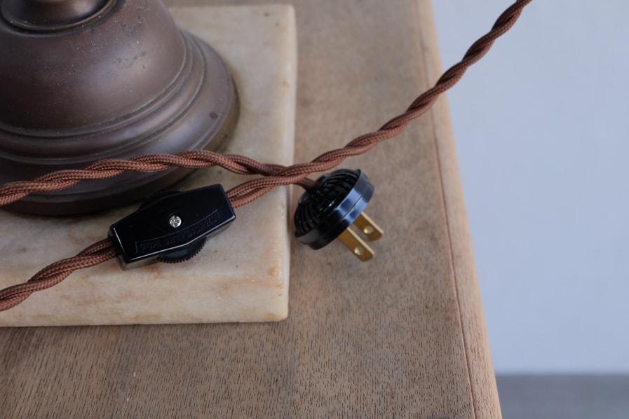 日本のアンティークの布製のツイストコードを使用した真鍮のテーブルランプ