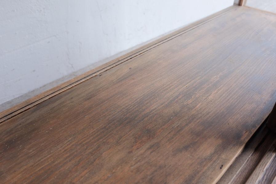 日本の古家具の精巧な作りのガラスショーケース
