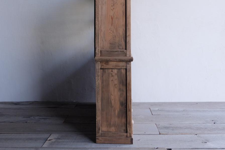 日本のアンティークの安定感のある二段の食器棚