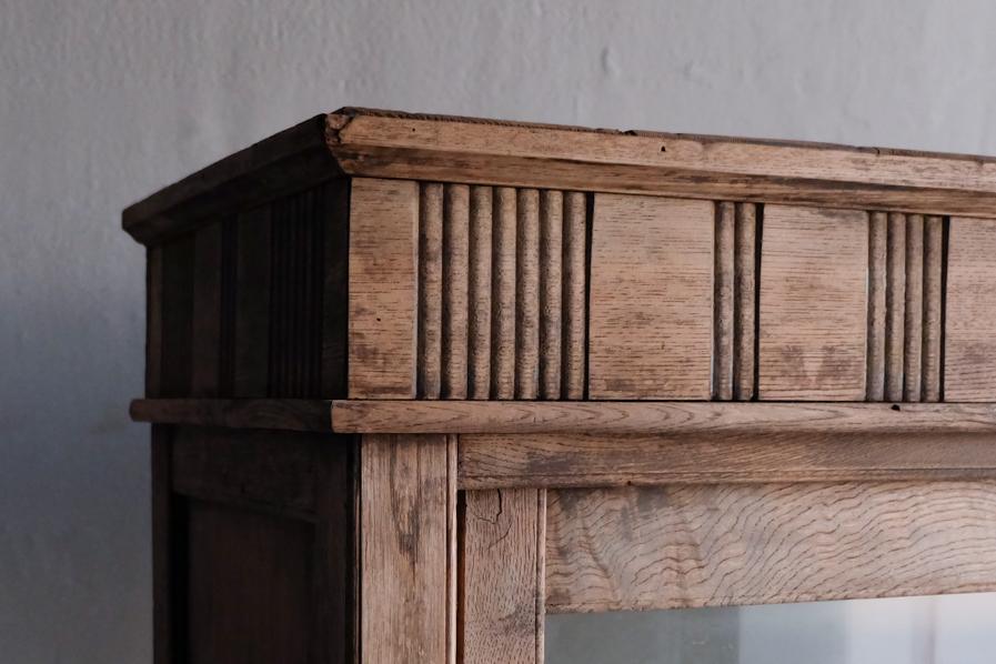 日本の古道具の装飾のある二段の食器棚