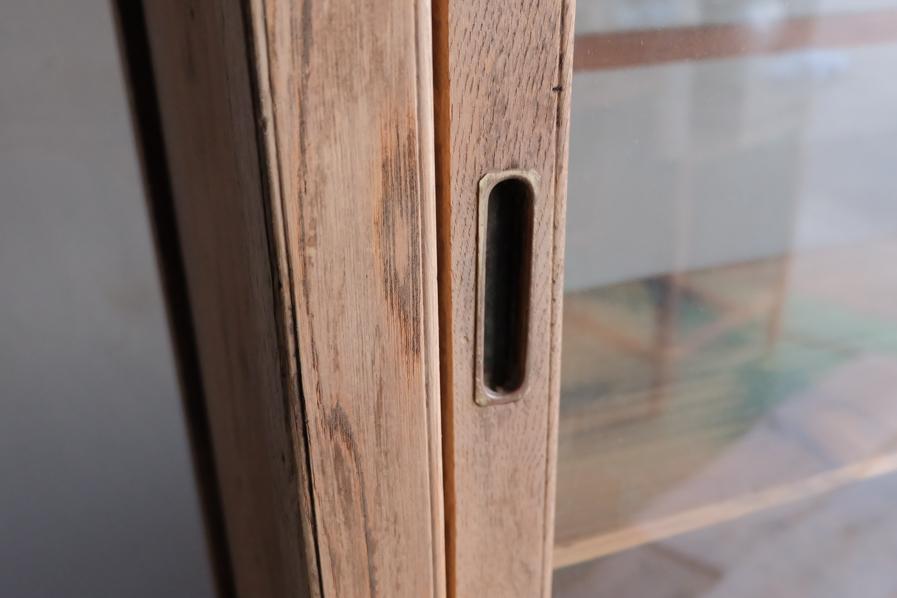 和の古道具の真鍮製の取手のある二段の食器棚