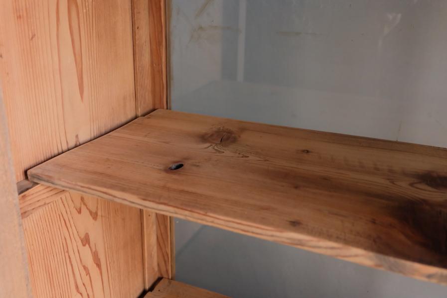 和の古道具の収納力のある二段の食器棚