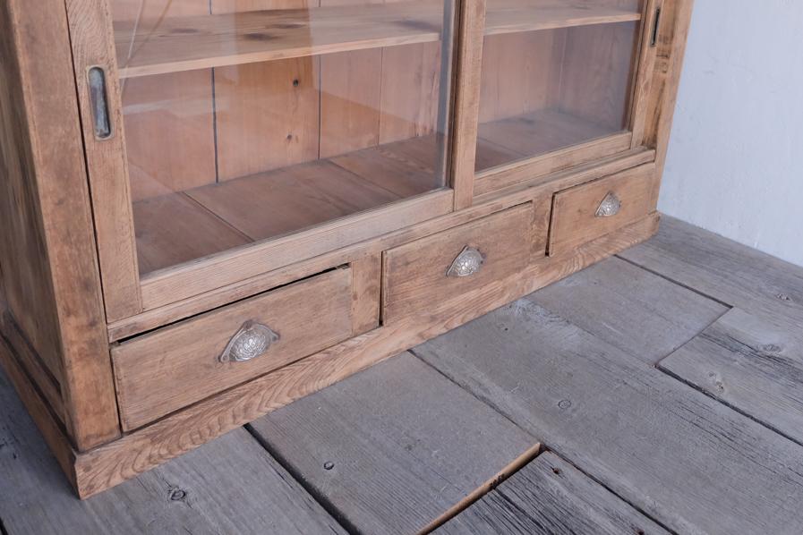 和の古道具の引き出しのある二段の食器棚