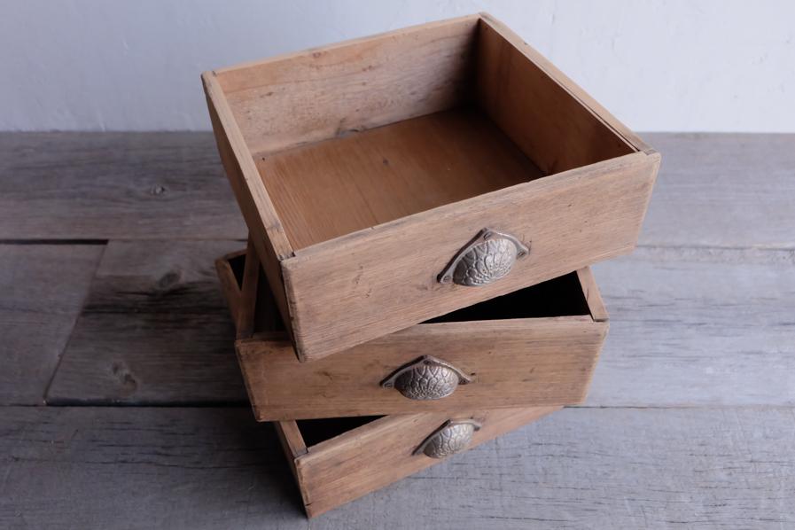 和の古道具のアンティークの収納が多い二段の食器棚