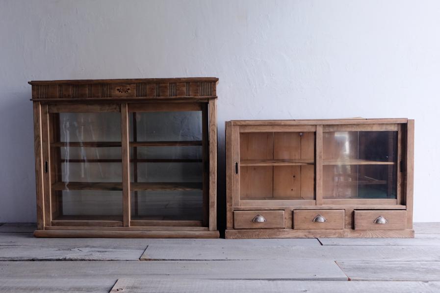 和のアンティークのキッチンとダイニングで使える二段の食器棚