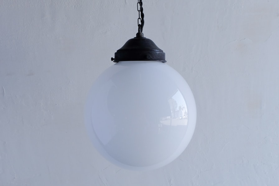 日本のアンティーク調の乳白ガラスの照明